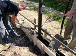 Ленточный фундамент получает свою прочность за счет армирования металлическими прутьями