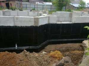 Процесс гидроизоляции фундамента из блоков ФБС
