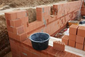 Использования кирпича для возведения фундамента хозяйственной постройки