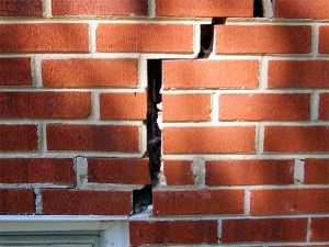 Трещина в стене кирпичного дома