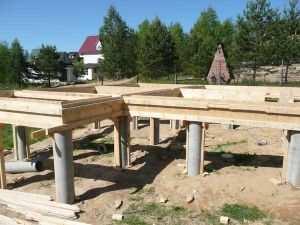 Фундамент на бетонных сваях может предполагать и установку в последующем основного, ленточного, фундамента