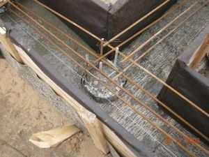 Фундамент ленточный с буронабивными сваями в процессе заливки