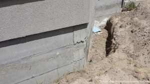 Подготовка в выравниванию внешней стены цоколя
