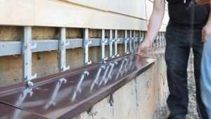 Установка отливов на цоколи зданий
