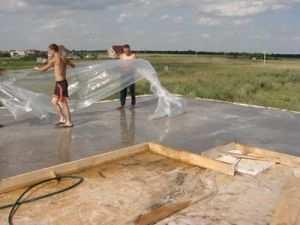 Использование пленки во избежание нежелательного пересыхания бетона на начальных этапах затвердевания