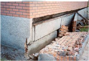 Разрушенное со временем основание кирпичного дома