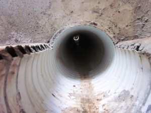 Готовая канализационная труба в фундаменте