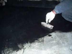 Нанесение мастики на бетонное основание