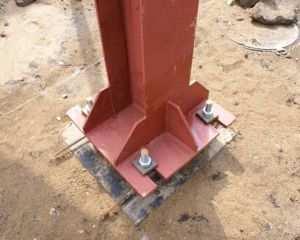 Металлическая колонна с анкерными креплениями