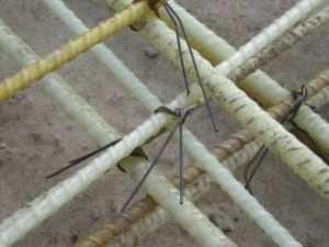 Вязка композитной арматуры для фундамента ограждения