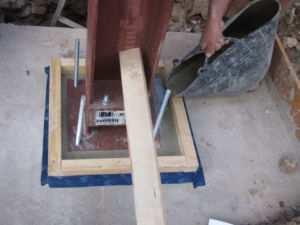 Расположение металлической колонны в колодце