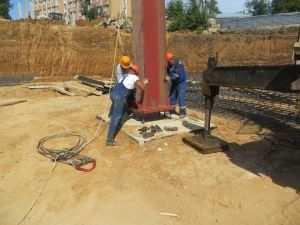 Процесс монтажа металлической опоры