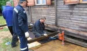 Процесс подъема деревянного дома