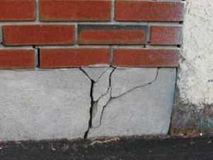 Изображение разрушения основания кирпичного здания требующего укрепления