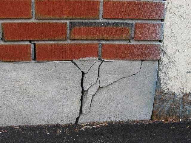 Как укрепить фундамент кирпичного дома своими руками: ремонт, замена
