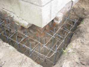 Установка арматурного каркаса для укрепления фундамента кирпичного дома