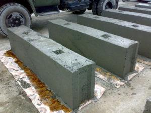 Тяжелые блоки для возведения оснований требуют участия техники