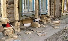 Нуждающийся в реставрации фундамент деревянного дома