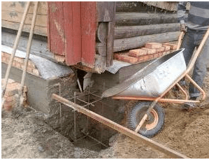 Заливка одного участка деревянного здания бетоном