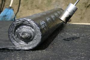 Использование рулонных материалов для оклеечной гидроизоляции фундамента