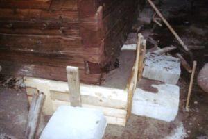 Залитое жидким бетоном старое основание дома