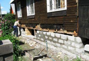 работы над фундаментом старого деревянного дома