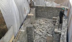 Фундамент из гранитного плитняка