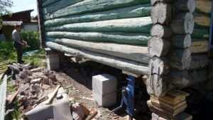 Поднятый дом для ремонта фундамента