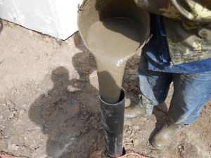 Заливка пластиковой трубы фундамента бетонным раствором