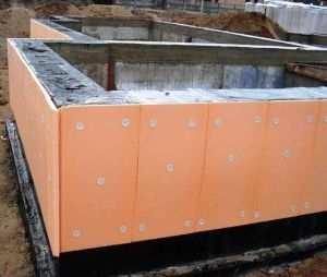 Монтаж листов утеплителя на подземную часть фундамента дома