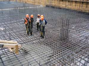 Заливка бетона монолитного фундамента