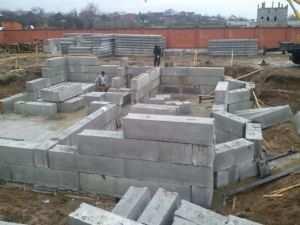Фундамент из бетонных блоков ФБС - для дома из кирпича.