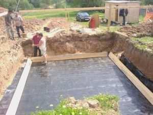 Гидроизоляция перед заливкой плиты фундамента с подвалом.