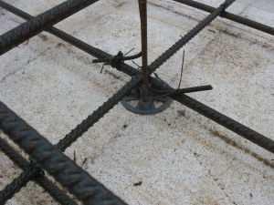 Увязывание арматуры с помощью мягкой проволоки