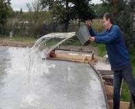 поливать фундамент водой