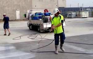 Процесс увлажнение бетона фундамента