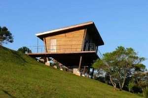 Коттедж на свайном фундаменте сооруженный на холме