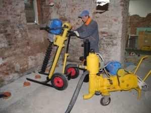 Компактное буровое оборудование позволяет производить работы в стесненных условиях подвальных помещений