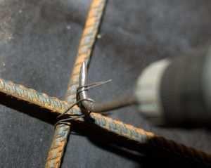 Самодельный крюк для вязки арматуры при помощи шуруповерта