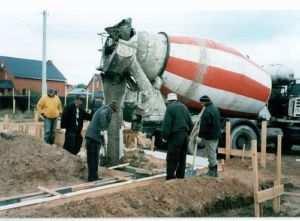 Применение заводского бетона для обустройства ленточного фундамента