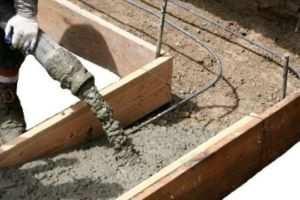 Процесс заливки бетона в готовую опалубку