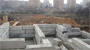 Применение бетонных блоков различных размеров для обустройства фундаментов