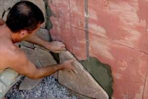 Процесс выкладки камня