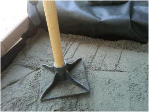 Уплотнение песчаной подушки вручную