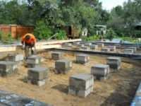 Cтолбчатый фундамент - материалы: бетон, камни, бревна-столбы и покрышки