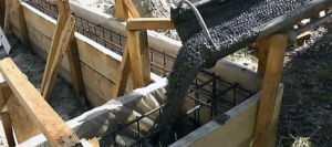 Процесс заливки ленточного фундамента бетоном