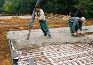 Процесс заливки бетоном плитного основания
