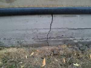 Вид трещины в ленточном основании строения