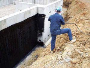 Нанесение обмазочной гидроизоляции на фундамет