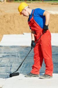 Процесс защиты плиты фундамента обмазочной гидроизоляцией